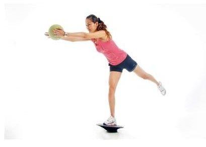 平衡板药球伸展练习